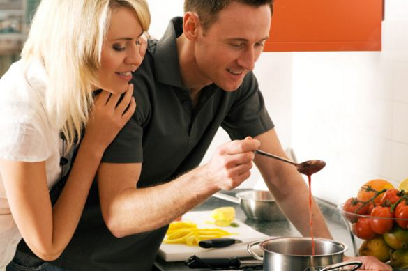 Guy-cooking-romantic-meal-for-lover